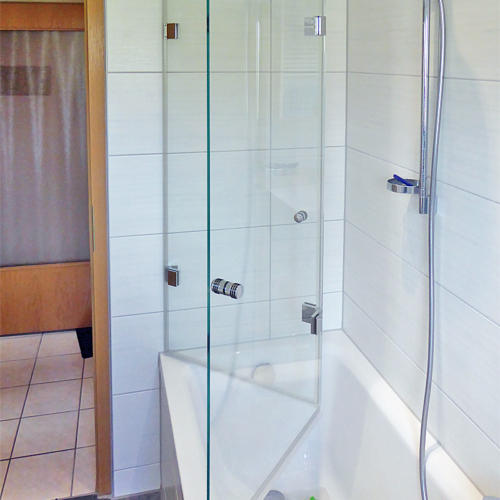 Faltbarer Badewannenaufsatz, teilgeöffnet