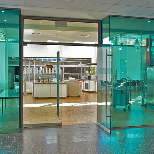 Ganzglasanlage, Türen Klarglas, Festteile mit farbigem VSG, Vanceva, Farbfolie