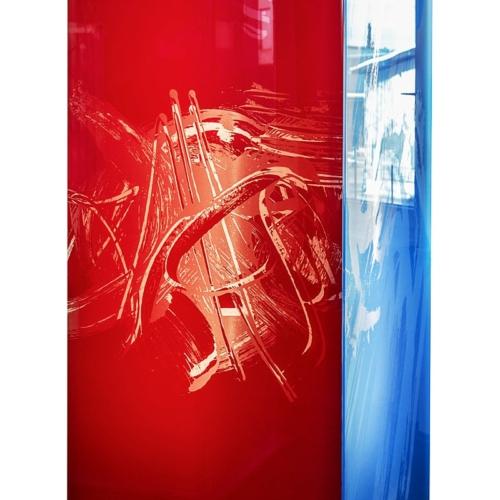 Farbiges Glas mit gelasertem Motiv, hinterleuchtet