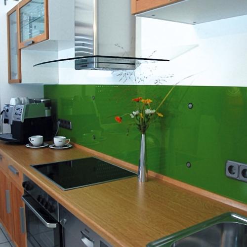 Küchenrückwand grün mit flächenbündigen Punkthaltern