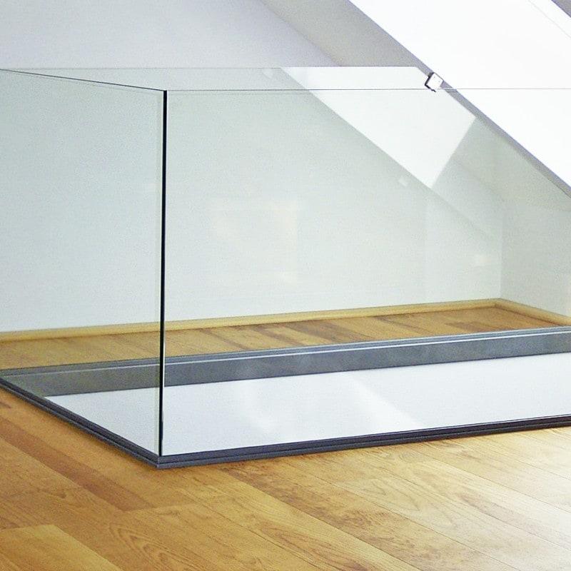 Unten eingespannte Brüstungsverglasung aus Klarglas