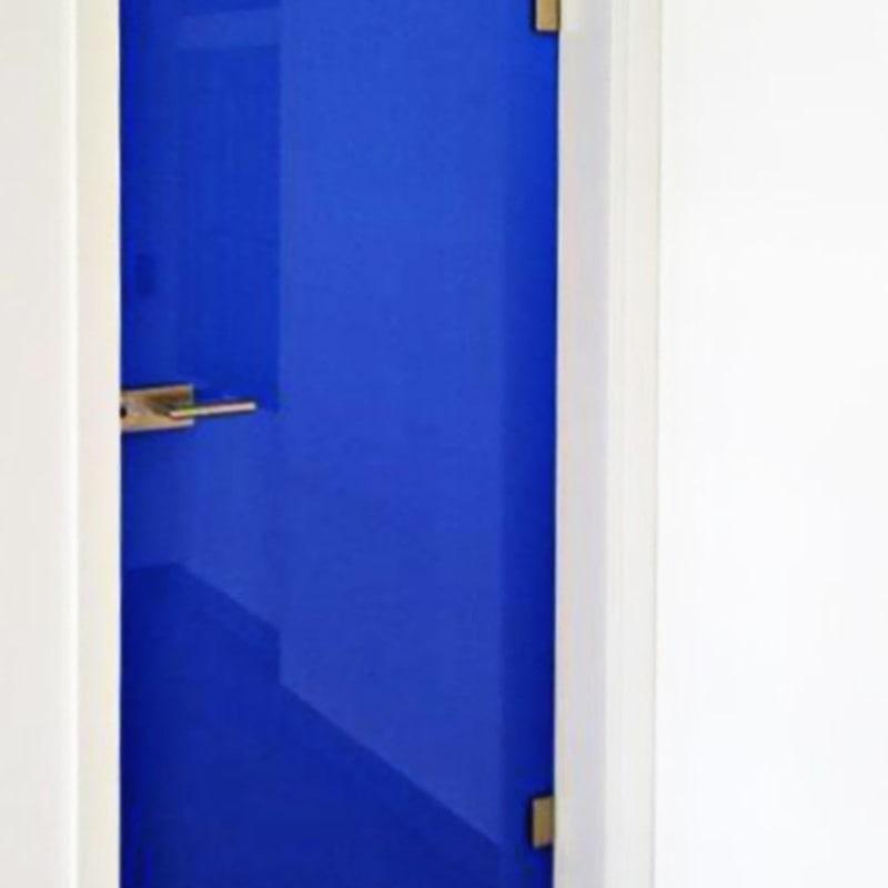 Drehtüre mit Siebdruck Signalblau und Classic Beschlägen