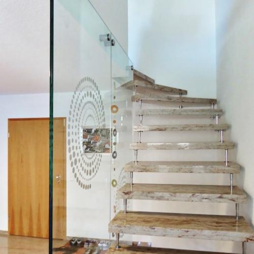 Treppenverglasung mit Sandstrahlmotiv