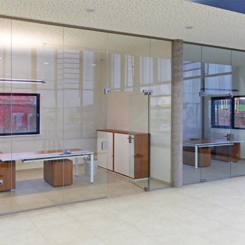 Bürotrennwände Klarglas mit Eckbeschlägen