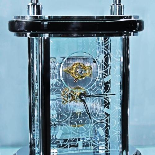 Uhr mit gelasertem Frontglas