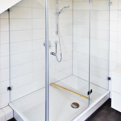 Duschabtrennung in Dachschräge mit innen flächenbündigen Beschlägen