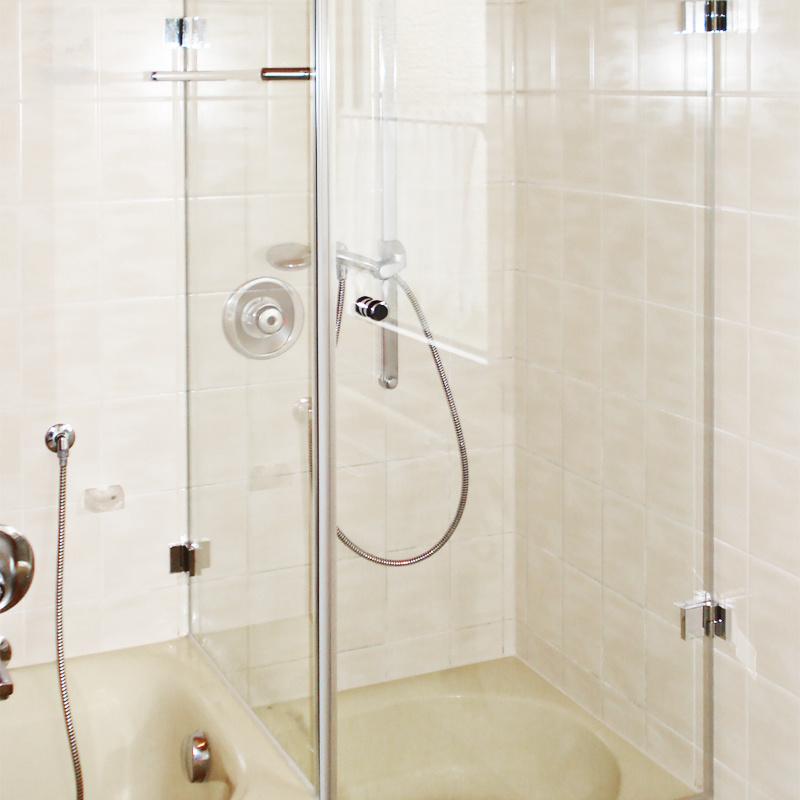 Duschabtrennung Eckdusche, Festteil auf Badewanne aufgesetzt
