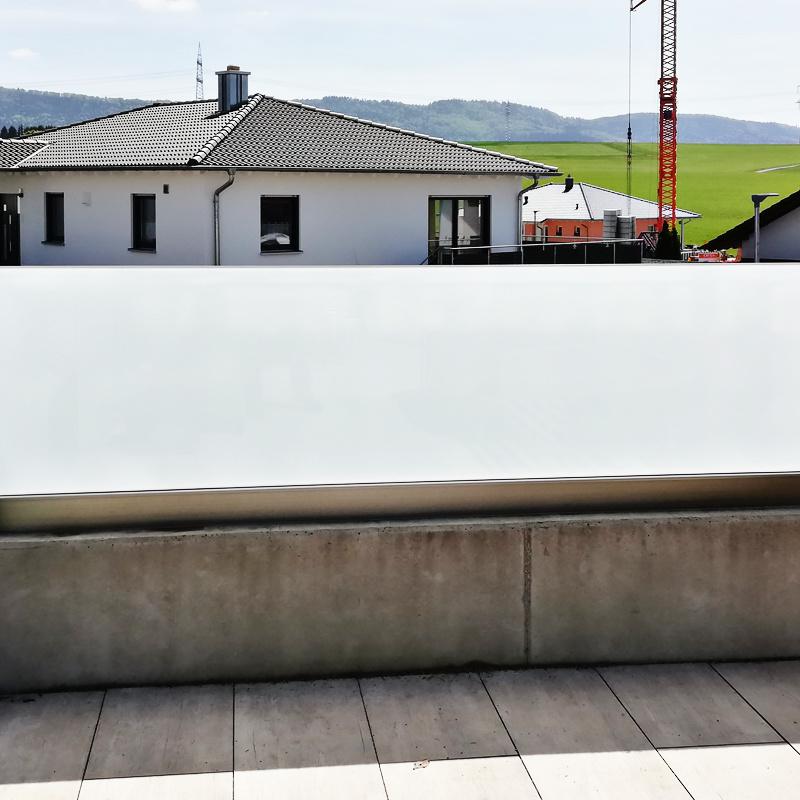 Wind- und Sichtschutz aus VSG Weissglas mit matter Folie