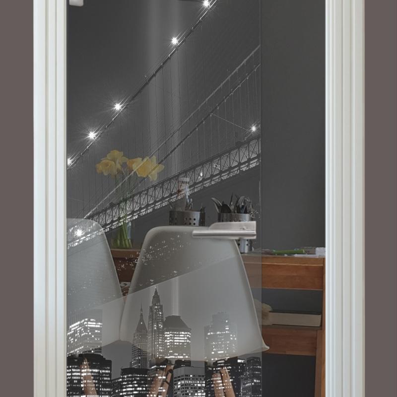 Lasermotiv auf Glastür klar, Brücke Nacht