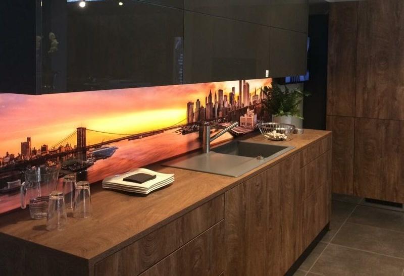 Digitaldruck auf Küchenrückwand aus Glas hinterleuchtet, Skyline