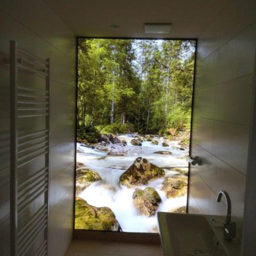 Digitaldruck auf Dusche aus Glas hinterleuchtet Waldbach
