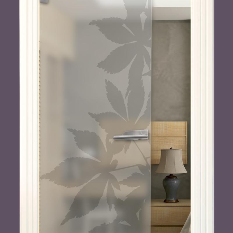 Sandstrahlmotiv auf Glastür Satinato, Ahorn
